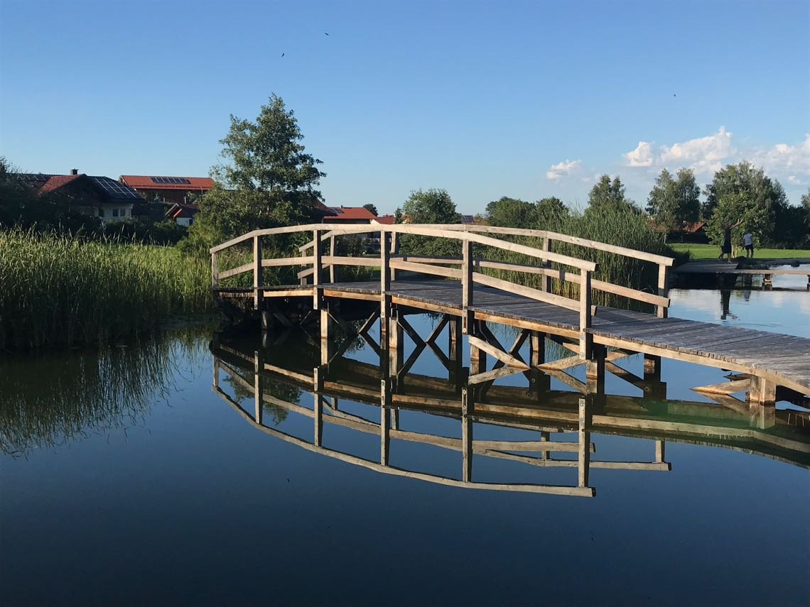 Brücke über den Schwimmteich Kurpark Roßhaupten